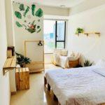 кровать из поддонов с зеленым декором