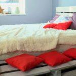 кровать из поддонов с мохнатым покрывалом