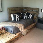 кровать из поддонов уголком