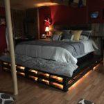 кровать из поддонов с лампочками