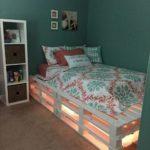 кровать из поддонов с подсветкой и цветной постелью