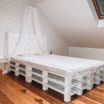 кровать из поддонов с балдахином