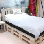 кровать из поддонов белая с подушкой