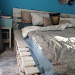 кровать из поддонов в деревенском стиле