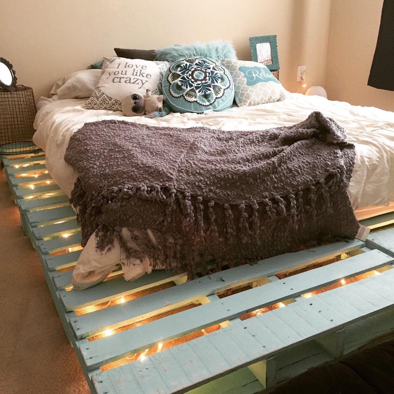 кровать из поддонов подсветка
