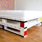 кровать из поддонов цветная