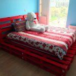 кровать из поддонов красная с медведем