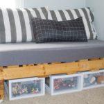 кровать из поддонов полосатая