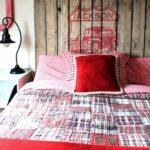 кровать из поддонов с красной постелью