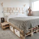кровать из поддонов серо-полосатая