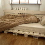 кровать из поддонов скамейкой