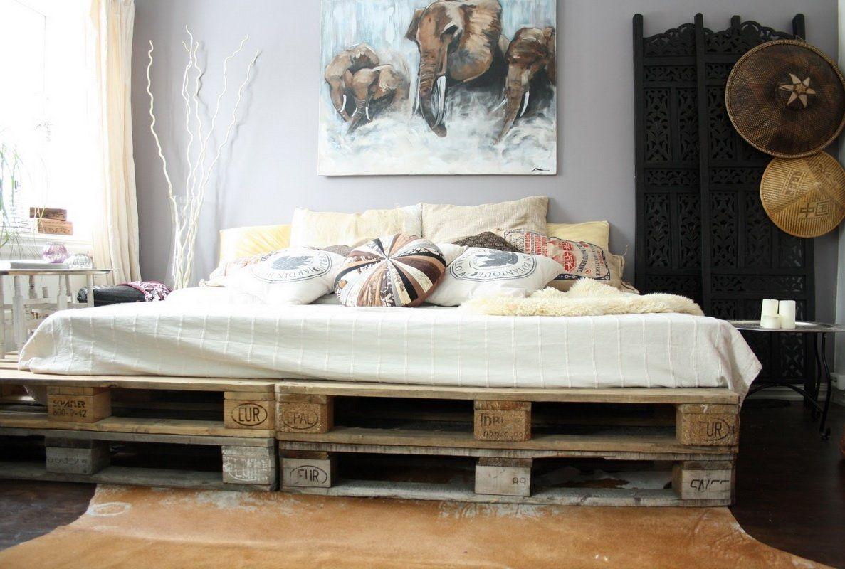 кровать из поддонов с матрасом белым