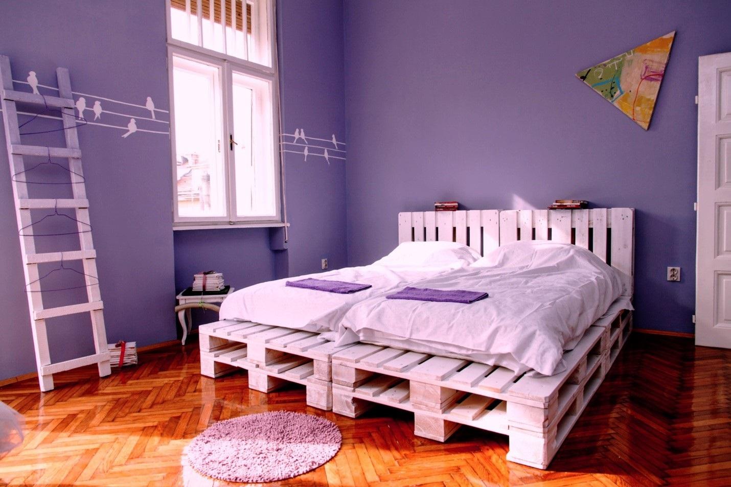 кровать из паллет преимущества