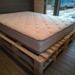 кровать из поддонов с разиновым матрасом