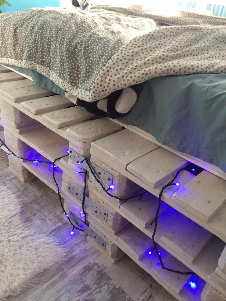 кровать из поддонов с синими лампочками