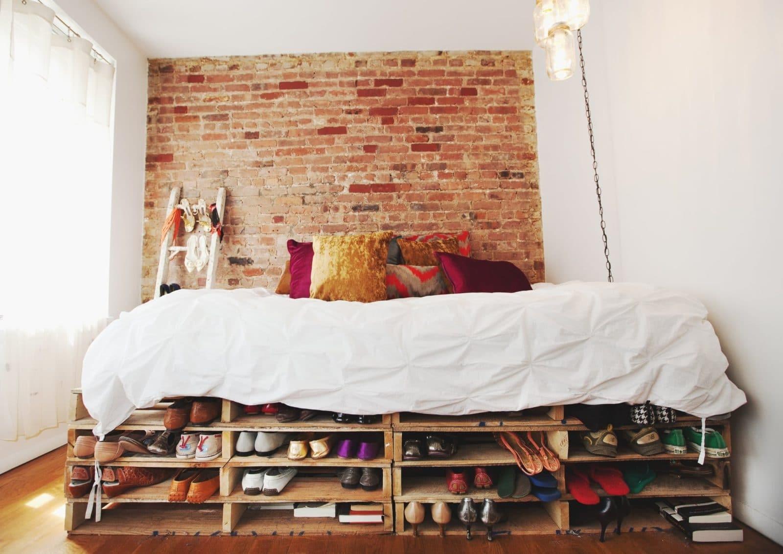 кровать из поддонов с лестницей
