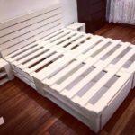 кровать из поддонов белая с изголовьем