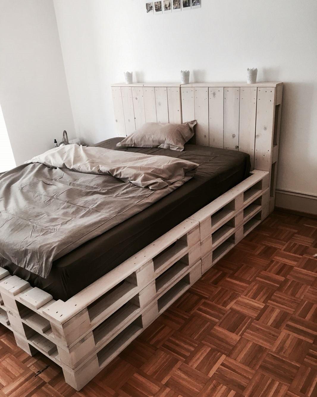 кровать из поддонов с изголовьем