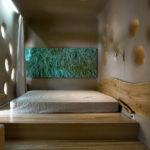 кровать-подиум с зеленым панно