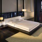 кровать-подиум у большого окна