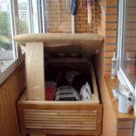 кровать-подиум на балконе для вещей