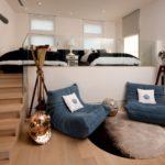 кровать-подиум синие кресла
