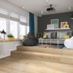 кровать-подиум серые стулья