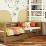 небольшая деревянная кровать с выдвижными ящиками