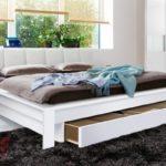 большая кровать с выдвижными ящиками