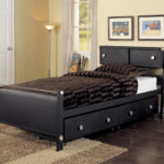 черная кровать с выдвижными ящиками
