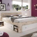 кровать с выдвижными ящиками в спальне