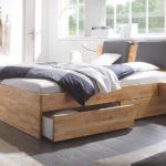 уютная кровать с выдвижными ящиками