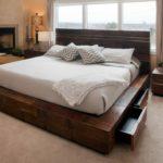 большая деревянная кровать с выдвижными ящиками