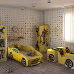 кровать-машина для мальчика в желтом интерьере
