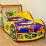 желто-цветная кровать-машина для мальчика