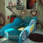голубая кровать-машина для мальчика с откидной конструкцией