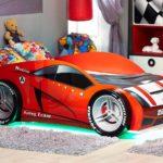 красная кровать-машина для мальчика с зеленой подсветкой