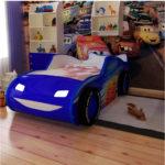синяя кровать-машина для мальчика с фарами
