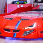 красная кровать-машина для мальчика с фарами