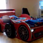 кровать-машина для мальчика с большими колесами
