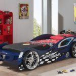 синяя спортивная кровать-машина для мальчика