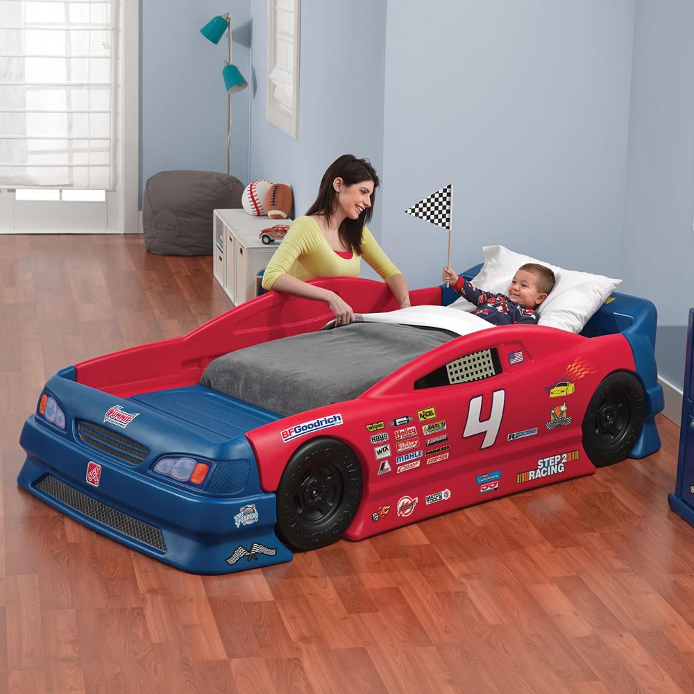 мальчик в кровати-машине