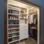шкаф в стене с местом для хранения обуви