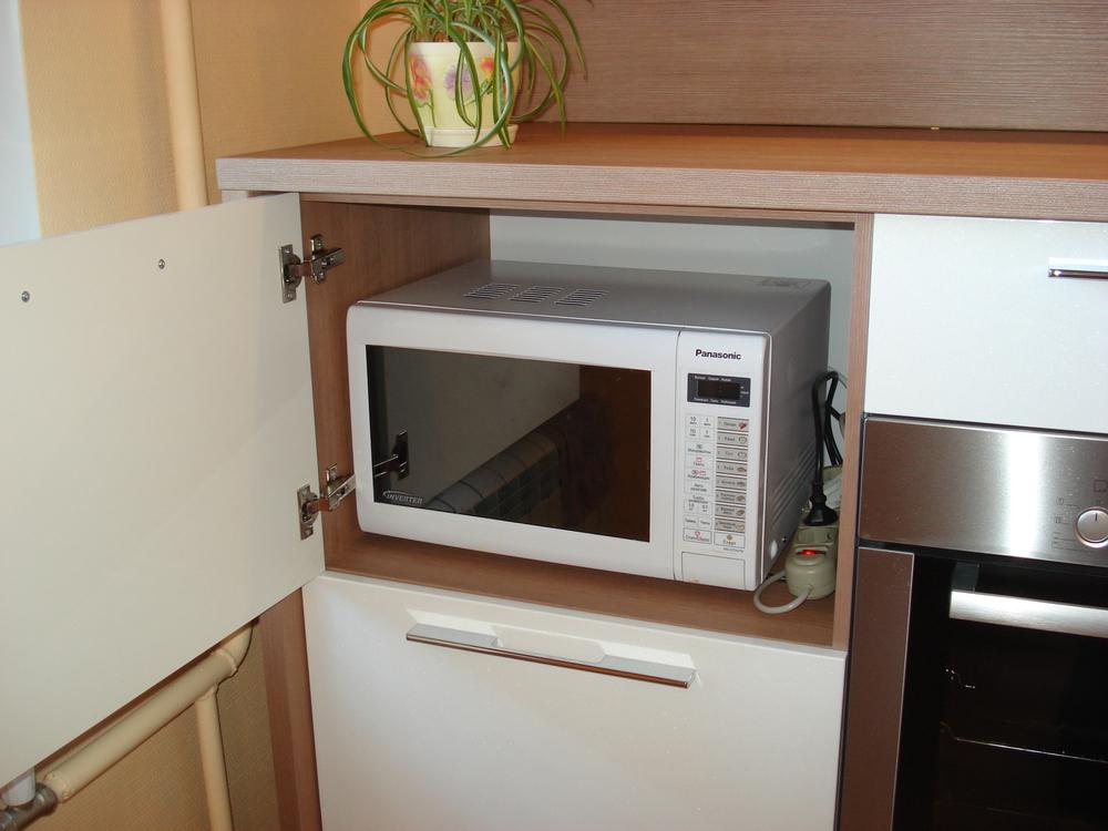 микроволновка в шкафу
