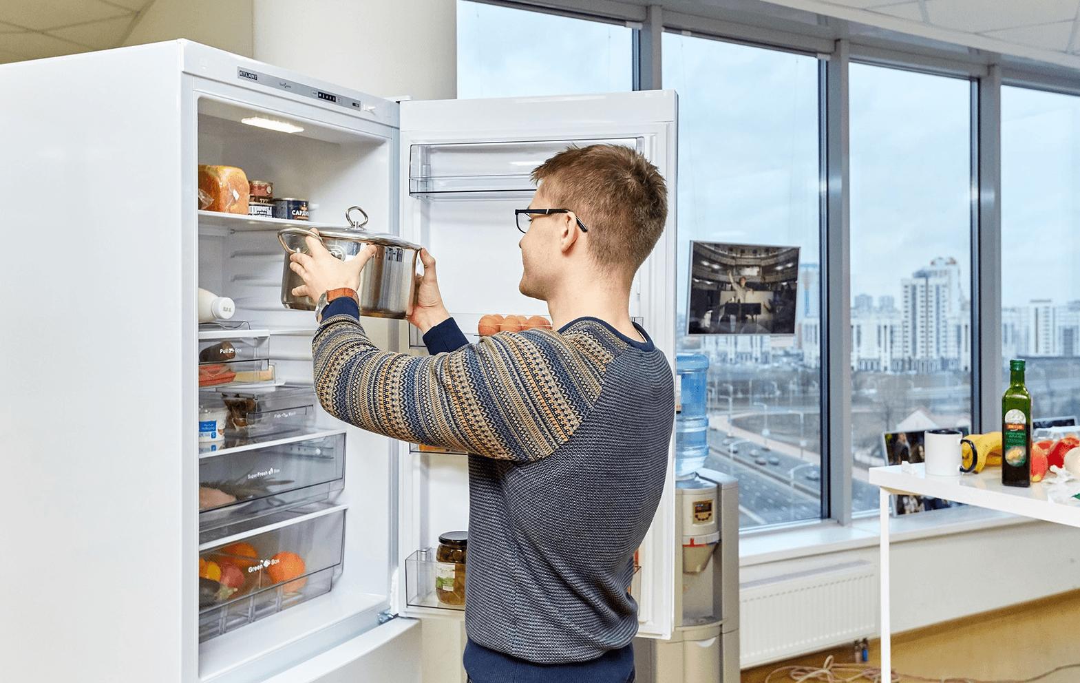 можно ли ставить горячее в холодильник