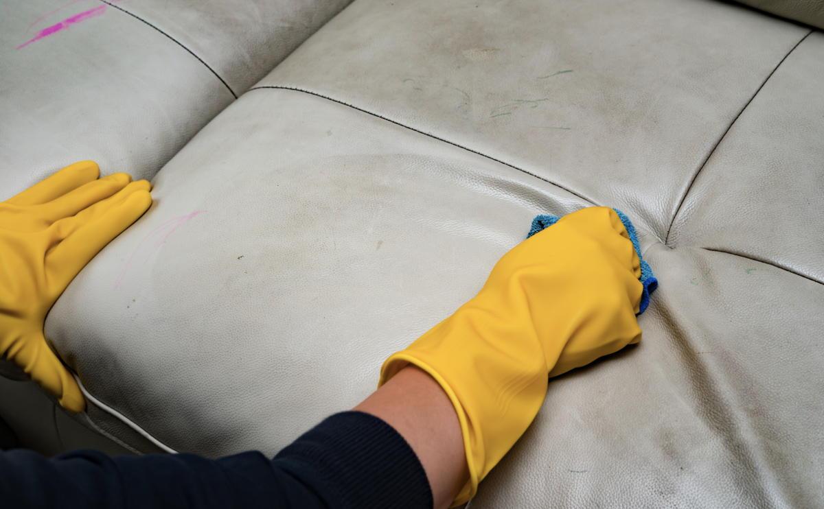 очистка дивана из кожзама
