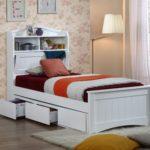белая одноместная кровать