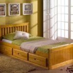 одноместная деревянная кровать с выдвижными ящиками