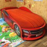 красная одноярусная кровать машинка