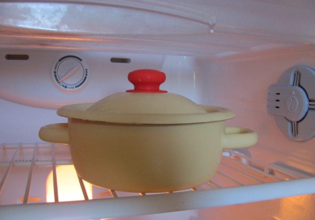 поставили горячее в холодильник